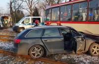 Skutki wypadku na Hallera. Motorniczy jedzie do szpitala