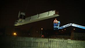 Nocny montaż łuków na wiadukcie Biskupia Górka