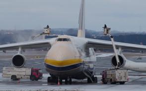 Odladzanie Antonova na gdańskim lotnisku