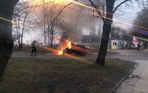 Gaszenie płonącego auta przy pl. Zebrań Ludowych