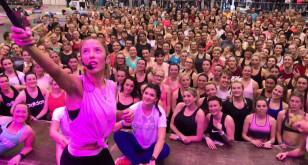 Ewa Chodakowska robi selfie z fanami po treningu
