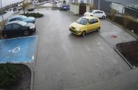 Kierowca rozjeżdża blokadę parkingową