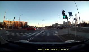 Na czerwonym na ruchliwym skrzyżowaniu