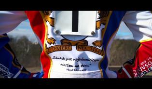 Kacper Gomólski prezentuje kevlar Zdunek Wybrzeża Gdańsk na sezon 2019