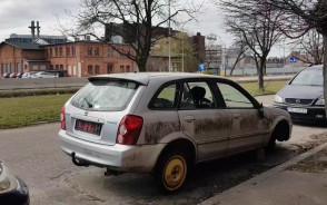 Wrak straszy na parkingu przy Stoczni