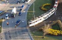 Zepsuty tramwaj spychany w kierunku zajezdni