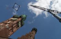 Przygotowania i demontaż hełmu z wieży Ratusza Głównego.