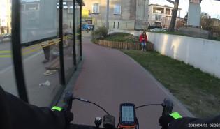 Rowerzystka jadąca pod prąd po drodze rowerowej w Orłowie