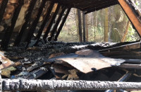 Skutki pożaru w bazie harcerskiej we Wrzeszczu