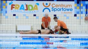Ćwiczenia zespołu ratowników wodnych pracujących na basenie w Centrum Sportowym U Jezuitów.