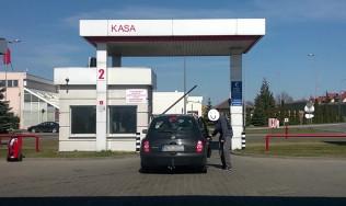 Kierowca zapomniał zakręcić wlewu paliwa