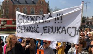 Nauczyciele strajkują przed Kuratorium Oświaty