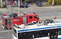Strażacy likwidują plamę oleju