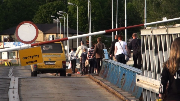 Prace remontowe na moście pontonowym wSobieszewie. Wymiana pontonów pod przęsłem.
