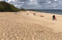 Majówkowicze odpoczywają na plaży
