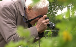 71-letni youtuber opowiada o roślinach i owadach