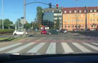 Czerwone auto pod prąd na Hucisku