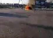 Auto pali się na parkingu Decathlonu