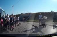 Wycieczka szkolna blokująca ruch i stwarzająca niebezpieczeństwo