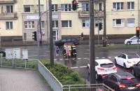 Strażacy pchają auto na pobocze na Węźle Cegielskiej