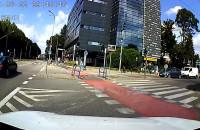 Środkowy palec od rowerzysty jadącego na czerwonym