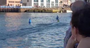 Pływanie na spalinowej desce surfingowej po Motławie