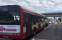 """Autobusy stoją w korku. Na """"zielonym"""" przejeżdża tylko kilka pojazdów"""