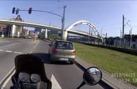 Kierowca Matiza i czerwona strzałka w lewo