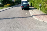 Auto na minuty blokuje chodnik