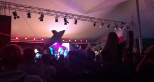 Bedoes rzuca dmuchane delfiny w stronę publiczności