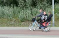 Trzy osoby na jednym rowerze Mevo
