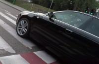 Blisko wypadku przez jadącego na czerwonym
