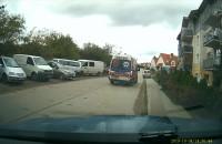 Karetka eskortująca samochód osobowy - ujęcie z przedniej kamery