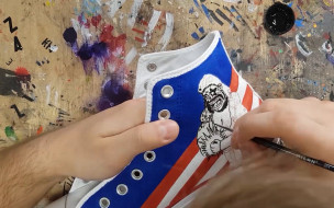 Maluje grafiki na butach