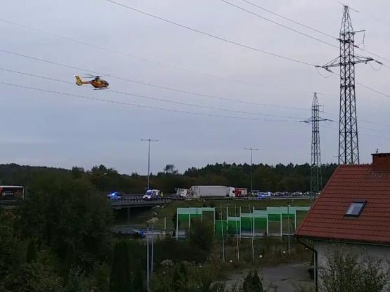 Śmigłowiec LPR leci na miejsce wypadku na węźle Chwarzno