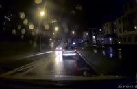 Taksówkarz wyprzedza na przejściu i skrzyżowaniu