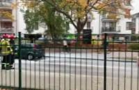 Auto wyjeżdżając z osiedla na Armii ...