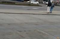 Autokar z piłkarzami Lechii jedzie pod eskortą policji
