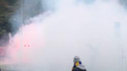 Kibice Arki odpalają race w drodze na stadion