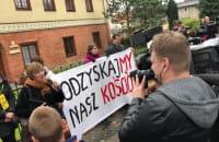 Manifestacja wiernych pod oliwską kurią