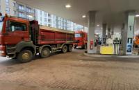 Ciężarówki blokują stację benzynową na Hallera