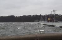 Fale na Bałtyku przy gdyńskiej marinie