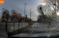 Na czerwonym na przejściu dla pieszych