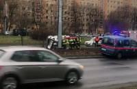 Strażacy stawiają na koła auto, które dachowało