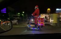 Mikołaj na elektrycznej hulajnodze