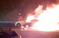 Pożar auta na Armii krajowej i samowolka na pasie zieleni