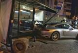 Porsche na niemieckich numerach uderzyło w przystanek przy ul. Myśliwskiej w Gdańsku