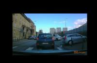 Piesza na przejściu - co robi kierowca, że tego nie widzi