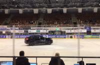 Samochód na lodzie w Hali Olivia