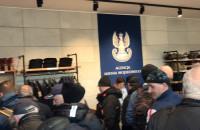 Pierwsi klienci nowego sklepu Agencji Mienia Wojskowego w Gdyni